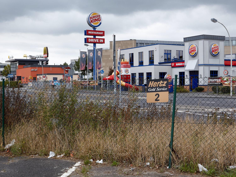 Strasse am Rande der Innenstadt von Bonn mit Filialen von Fast-Food-Ketten